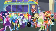 EG SS14 Dziewczyny przed busem