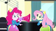 EG SS4 Pinkie Pie uczy Fluttershy kibicowania