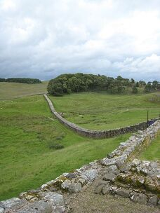 450px-Hadrians Wall from Housesteads1