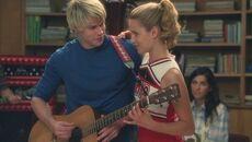 Quinn junto a Sam, cantando Lucky..