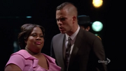 Puck y Mercedes cantando It's All Over
