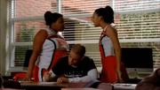 Mercedes y Santana peleando por Puck en The Boy Is Mine