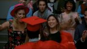 Tina y Brittany recibiendo a Mike en Goodbye