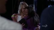 Mercedes y Quinn abrazandose en I Am Unicorn