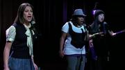 Rachel, Mercedes y Tina durante Take a Bow