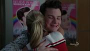 Kurt y Brittany abrazandose en I Am Unicorn