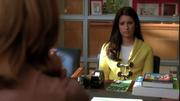 Rachel en la oficina de Emma en Showmance
