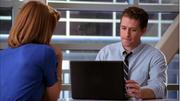 Emma mostrandole un video a Will en Pilot