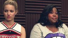 Quinn junto a Mercedes en la sala de coro.