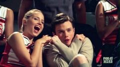Riéndose junto a Kurt al ver a Holly.