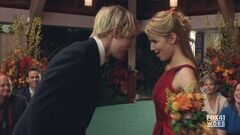 Quinn y Sam durante Marry You.