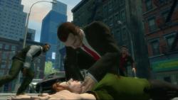 Niko Bellic sobre el cuerpo de Kate McReary