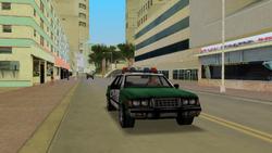 Policia patrullando centro de la ciudad
