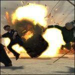 Niko Bellic detonando una bomba de vehiculo