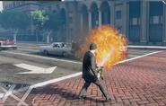 Michael usando el lanzallamas