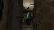 Niko destruyendo la puerta del Apartamento