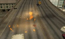 Explosión en la autopista causada por un tipo cualquiera con una M67