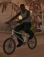CJ en una BMX