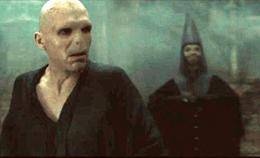 Walden Macnair detrás de Voldemort