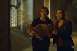 Hermione y Ron con el mapa