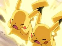 EE01 Pikachu y Pikachutwo usando Rayo