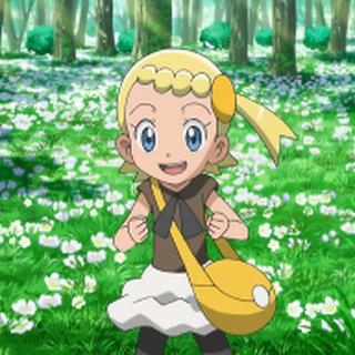 Bonnie/Clem con su ropa habitual, en un prado de flores.