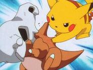 EP009 Pikachu usando arañazo