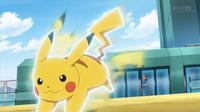 EP943 Pikachu usando ataque rápido