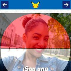 Otro de los diseños cubre la foto con los colores de una Poké Ball, debajo permite elegir un texto.