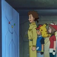 Los protagonistas frente a la puerta con las llaves colocadas.