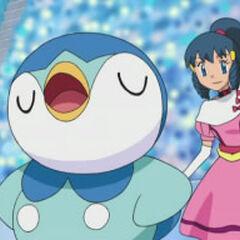 Dawn/Maya con su primer traje el cual tiene una cinta amarilla y ella usa unos guantes largos de color blanco.