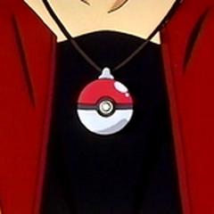Poké Ball de Dragonite colgada en el cuello de Drake.