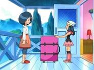 EP470 Maya pretende cargar con una maleta