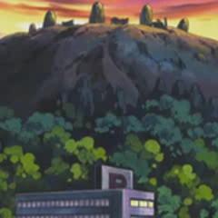 Como se puede observar, las ruinas están en lo alto de una montaña cercana al pueblo.