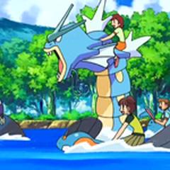 Niños montados en los Pokémon durante la segunda fase.