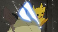 EP966 Pikachu usando cola férrea