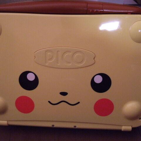 Una consola Sega Pico edición especial Pikachu.