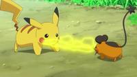 EP807 Dedenne y Pikachu enfrentados