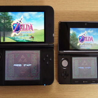 Una Nintendo 3DS XL junto a una Nintendo 3DS  abiertas.