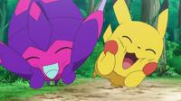 EP1010 Poipole jugando con Pikachu