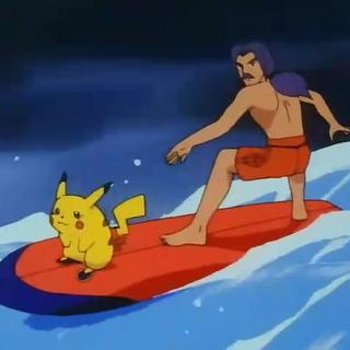 Puka surfeando.