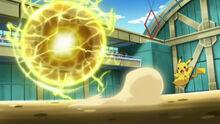 EP730 Pikachu usando bola voltio