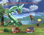 Rayquaza luchando contra Fox y Diddy Kong SSBB
