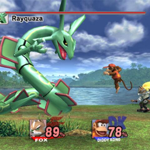 Fox y Diddy Kong luchando contra Rayquaza, el jefe de la zona.