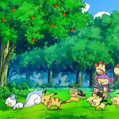 Pokémon jugando en el jardín de la mansión.