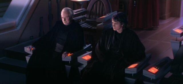 Archivo:Palpatine y Anakin en la Opera.jpg