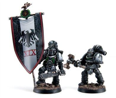 Oficial y Portaestandarte 7ª Compañía Guardia del Cuervo Servoarmadura Mk II Cruzada