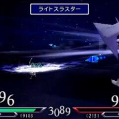 Cecil realizando el nuevo ataque PV «Impulsor de luz» en <i>Dissidia 012</i> contra <a href=