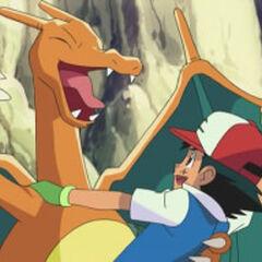 Ash junto a Charizard.