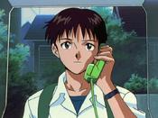 Shinji usa el teléfono EP01